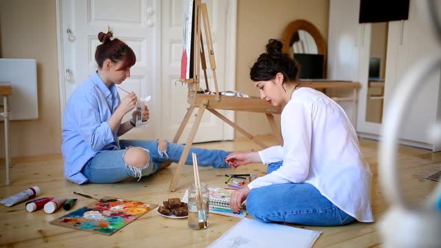 vidéos et rushes de travail d'équipe art - toile à peindre