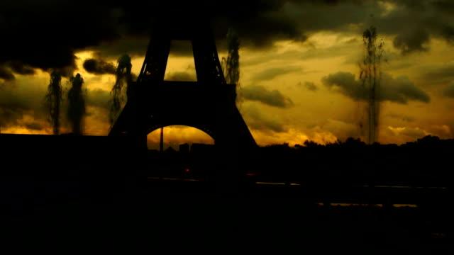 vídeos y material grabado en eventos de stock de artezian así cerca de la torre eiffel - moda parisina