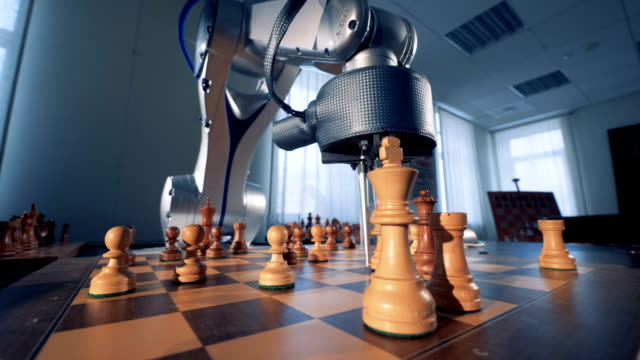vídeos de stock e filmes b-roll de artificial intelligence, robotic chess player play chess with a human. - xadrez