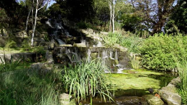 Künstlicher Wasserfall im Londoner Regent Park Queen Mary Garten Bereich – Video