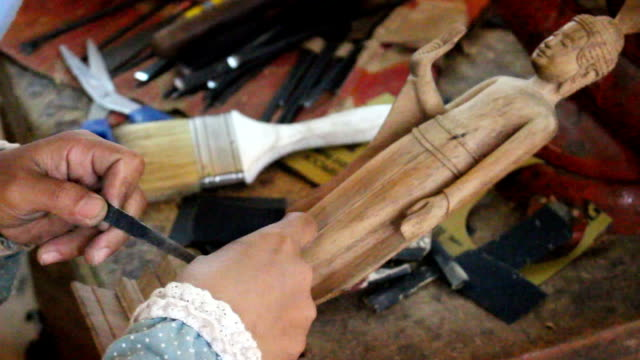 artisan is refining a wood godess statuine mf - cambogia video stock e b–roll