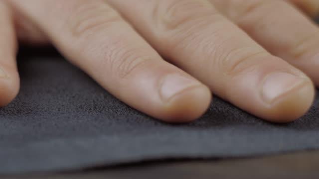 o artesão funciona uma mão no couro - vídeo