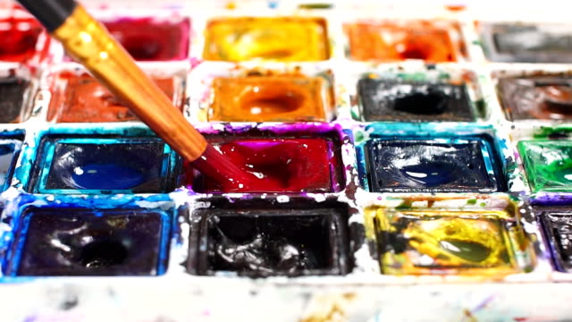 artist brush mix color oil painting on palette close up - cavalletto attrezzatura per arti e mestieri video stock e b–roll