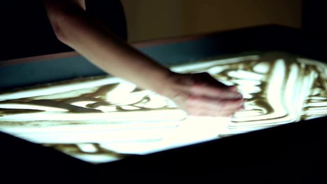 konstnären drar två människor på sand - rådig bildbanksvideor och videomaterial från bakom kulisserna