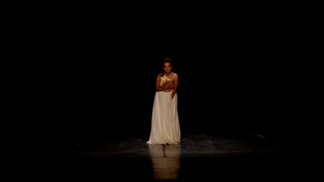 ステージでの公演後に彼女の公衆に挨拶するアーティスト - オペラ点の映像素材/bロール