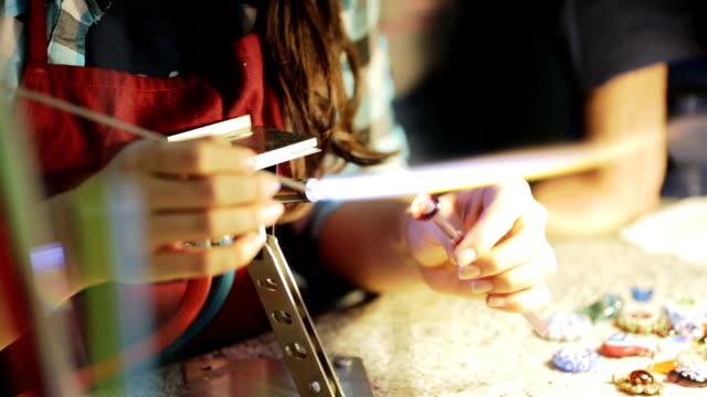 vidéos et rushes de artiste fusion faite à la main de verre, fabrication de bijoux d'ornement - joaillerie