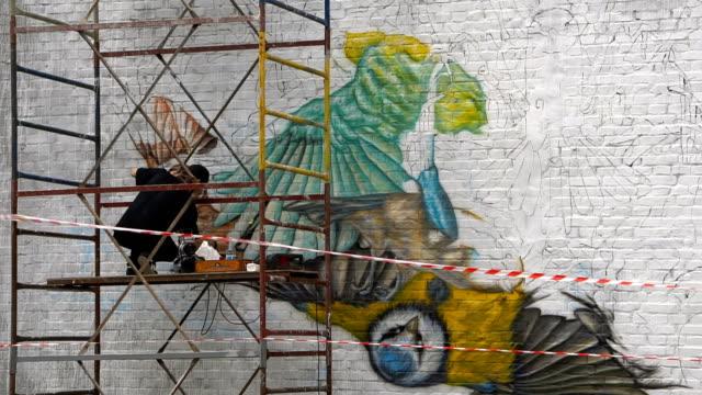 konstnär målar på väggen med spruta - väggmålning bildbanksvideor och videomaterial från bakom kulisserna