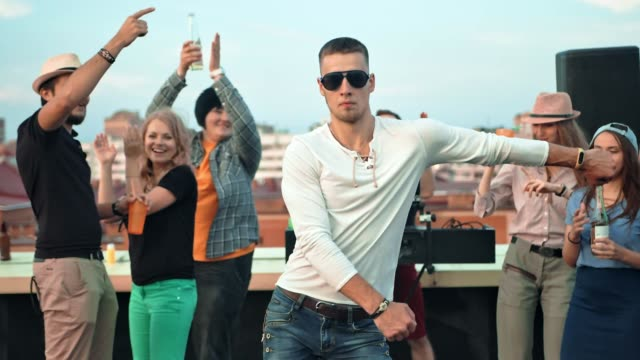 konstnärliga europeiska man moderna dans att ha kul på taket part slowmotion - dansbana bildbanksvideor och videomaterial från bakom kulisserna