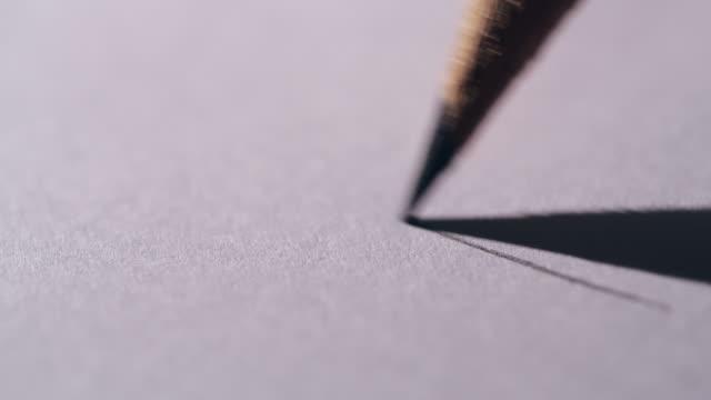 konstnärer händer ritning trä penna på papper. närbild 4k - blyertspenna bildbanksvideor och videomaterial från bakom kulisserna