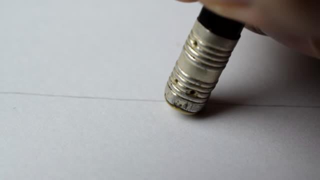 konstnärer händer suddgummi blyertspenna linje på papper. - blyertspenna bildbanksvideor och videomaterial från bakom kulisserna