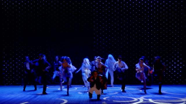 stockvideo's en b-roll-footage met kunstenaars in prachtige kostuums en met greasepaint dansen op het podium in theater - vetschmink