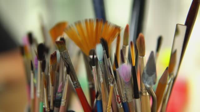 vidéos et rushes de instruments d'artistes avant de peindre - toile à peindre