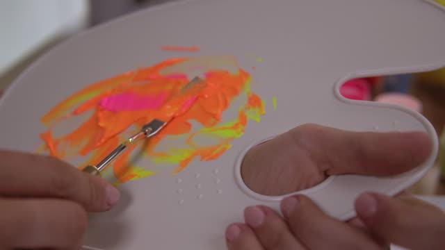 artists preparations before painting - szpatułka przybór do gotowania filmów i materiałów b-roll