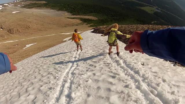 stockvideo's en b-roll-footage met pov als wandelers dalen sneeuw helling tijdens het boot skiën - 20 29 jaar