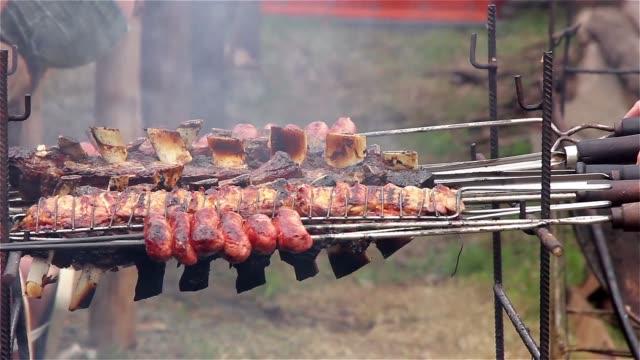 asado (barbecue) nella feria de mataderos, buenos aires, argentina. - argentina america del sud video stock e b–roll