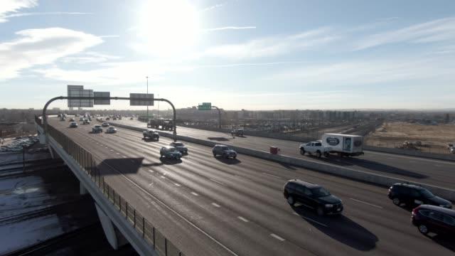 stockvideo's en b-roll-footage met oplopende luchtfoto drone shot van een drukke interstate 70 viaduct in denver op een zonnige ochtend - verkeersbord