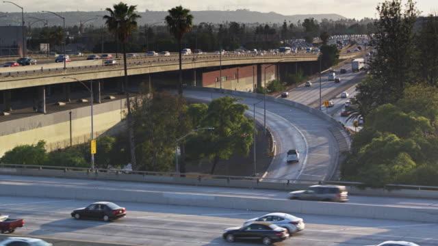 ascending drone shot of heavy traffic on the 10/110 interchange, downtown los angeles - estakada skrzyżowanie dróg filmów i materiałów b-roll