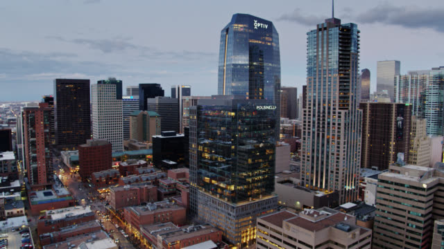 ascending drone shot of the downtown denver skyline at dusk - колорадо стоковые видео и кадры b-roll