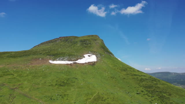stigande drone video av ett grönt berg på sommaren - norrbotten bildbanksvideor och videomaterial från bakom kulisserna