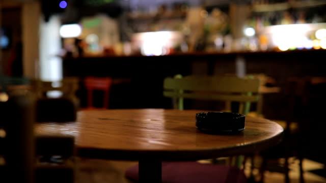 空のバーでテーブルの上の灰皿 - カフェ文化点の映像素材/bロール