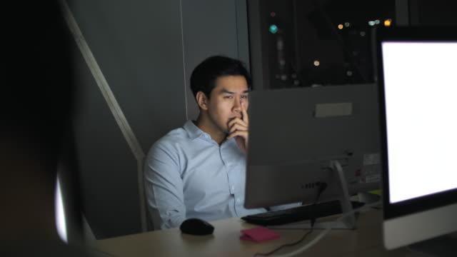 夜に働くアジアのビジネスマン - パソコン 日本人点の映像素材/bロール