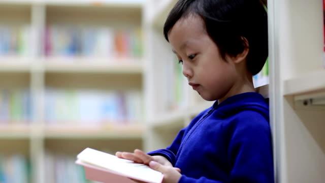 リーティングアジアのお子様には、ライブラリー - 勉強する点の映像素材/bロール