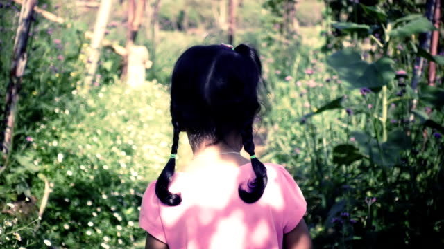 vídeos de stock e filmes b-roll de asia little girl hesitate standing in walkway at garden - criança perdida