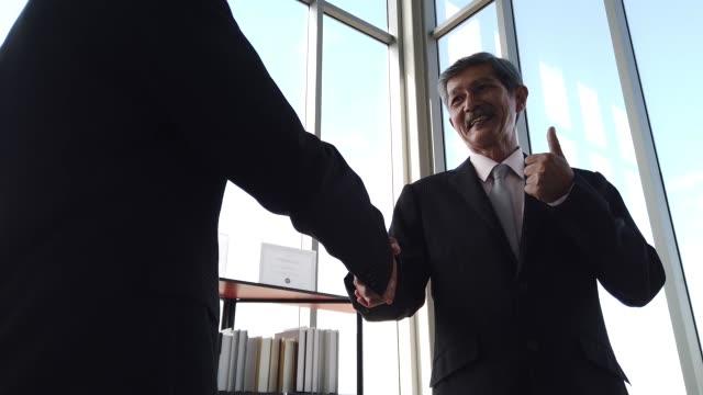 vídeos y material grabado en eventos de stock de asia senior empresario y empresario novato trabajando juntos - training