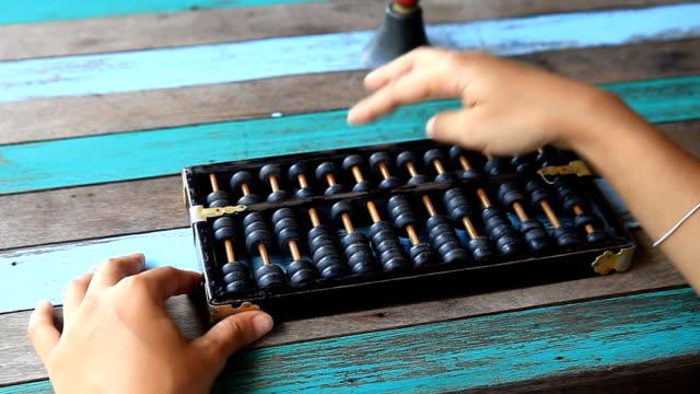 asien kvinna använder abacus. - abakus bildbanksvideor och videomaterial från bakom kulisserna
