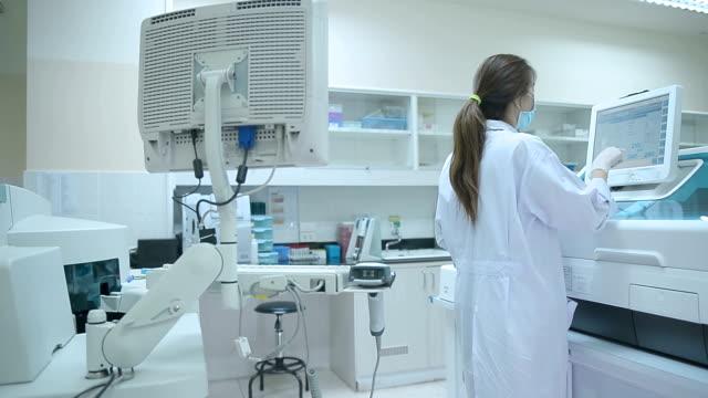 asia frauen medizintechnik, die im labor forscht - überprüfung stock-videos und b-roll-filmmaterial