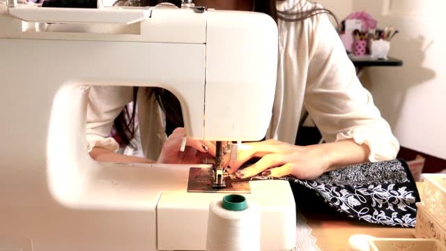 vídeos y material grabado en eventos de stock de asiático americano diseñador de moda de costura en taller, movimiento de steadicam, mano - bocetos de diseños de moda