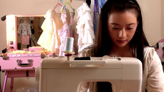 vídeos y material grabado en eventos de stock de asiático americano diseñador de moda de costura en estudio - bocetos de diseños de moda