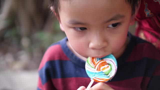 亞洲 男嬰 吃 糖果 - 波板糖 個影片檔及 b 捲影像