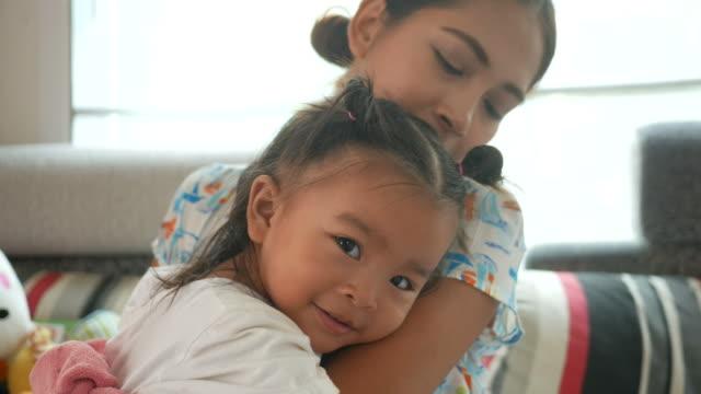 vídeos de stock, filmes e b-roll de menina asiática, abraçando-se com a mãe - salas de aula