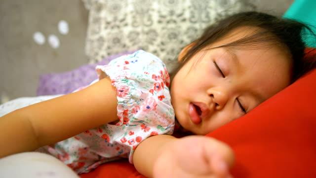 vídeos y material grabado en eventos de stock de asia niña durmiendo en la cama. - niñas bebés