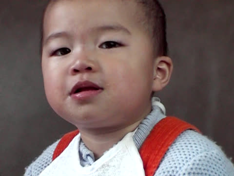 asian baby laughing to tears,food-in-mouth - {{asset.href}} 個影片檔及 b 捲影像