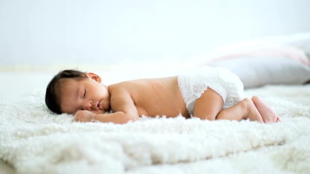 asiatiska bebis om på en mjuk filt - baby sleeping bildbanksvideor och videomaterial från bakom kulisserna