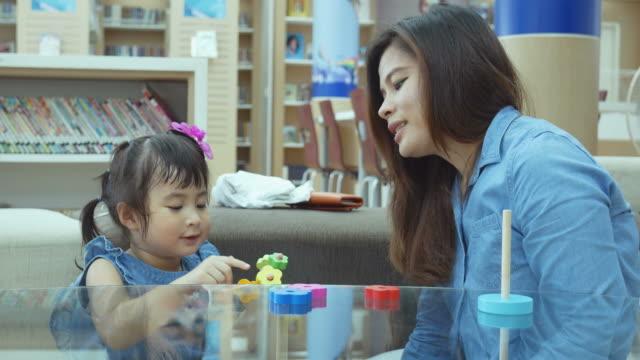 vídeos de stock, filmes e b-roll de bebê asiático que jogam o brinquedo com a mãe - salas de aula
