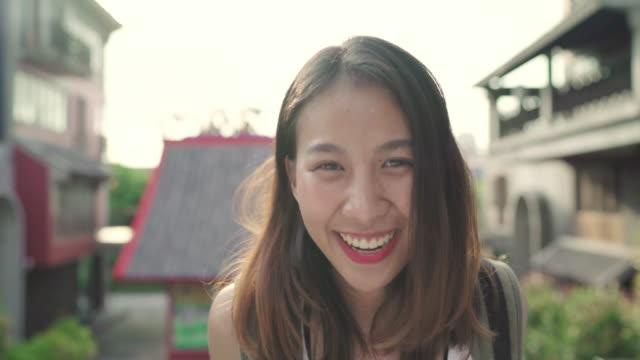 Mulher asiática Mochileiro sentindo feliz viajando em Beijing, China, fêmea de blogger alegre linda jovem adolescente andando em Chinatown. Conceito de férias viagens turísticas de mochila de estilo de vida. - vídeo