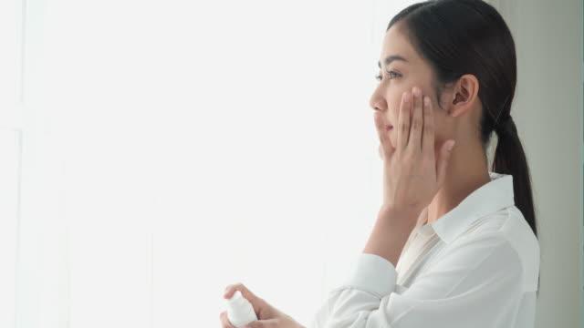 asiatische schöne frau gelten parfüm lotion creme auf den körper. junge frau kümmern sich um sich selbst, weil liebe haut des körpers. konzept von schönheit, gesundheit und kosmetik. - kosmetische behandlung stock-videos und b-roll-filmmaterial