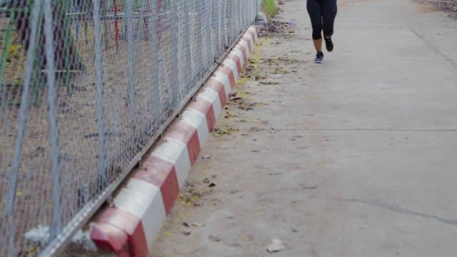 schöne asiatin joggen auf der straße-hintergrund. - einzelne frau über 30 stock-videos und b-roll-filmmaterial