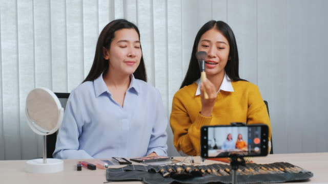 stockvideo's en b-roll-footage met asian beauty influencer opname vlog online uitzending met make-up cosmetische online influencer op sociale media concept live streaming virale vlogging. - youtube
