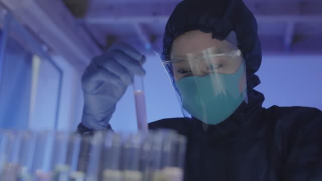asiatischer biochemiker analysiert proben - wissenschaftlerin stock-videos und b-roll-filmmaterial