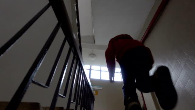 stockvideo's en b-roll-footage met aziatische jongen dringend naar boven gaan - schooljongen