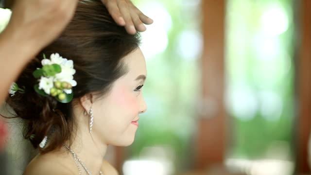 Asian novia con hairdo en su día de boda - vídeo