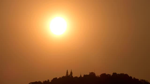 asya budist pagoda günbatımı (timelapse) sırasında dağda - stupa stok videoları ve detay görüntü çekimi
