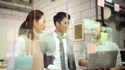 vidéos et rushes de hommes d'affaires asiatiques réunis dans le bureau - chinois
