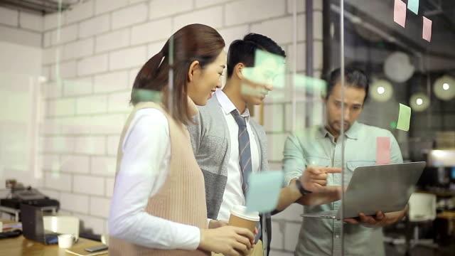 vídeos de stock, filmes e b-roll de pessoas de negócios asiáticos reunião no escritório - ásia