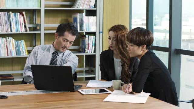 オフィスで会議のアジア ビジネス人々 - ミーティング点の映像素材/bロール