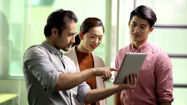 stockvideo's en b-roll-footage met aziatische zakenmensen, digitale tablet gebruiken in office - oost azië